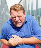 Внезапная сильная боль в груди это достаточный повод вызвать скорую помощь.